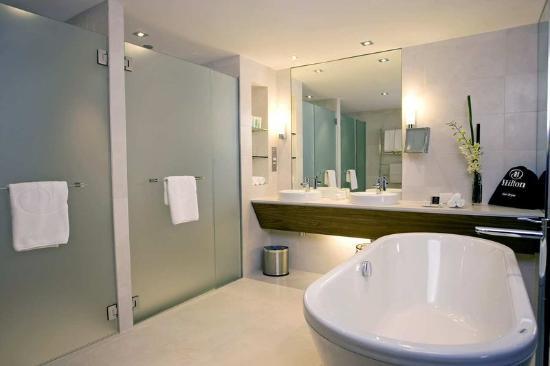 king-executive-suite-bathroom-Hilton-Brisbane