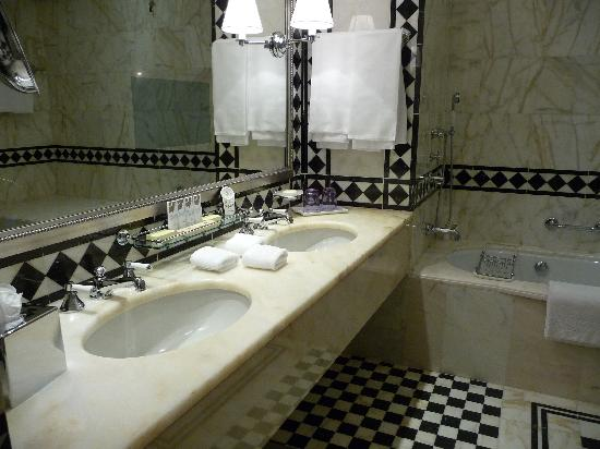 the-st-regis-florence-bathrooms