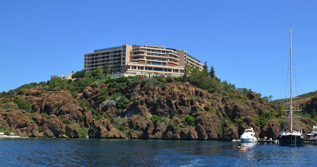 D-Hotel-Maris-from-water
