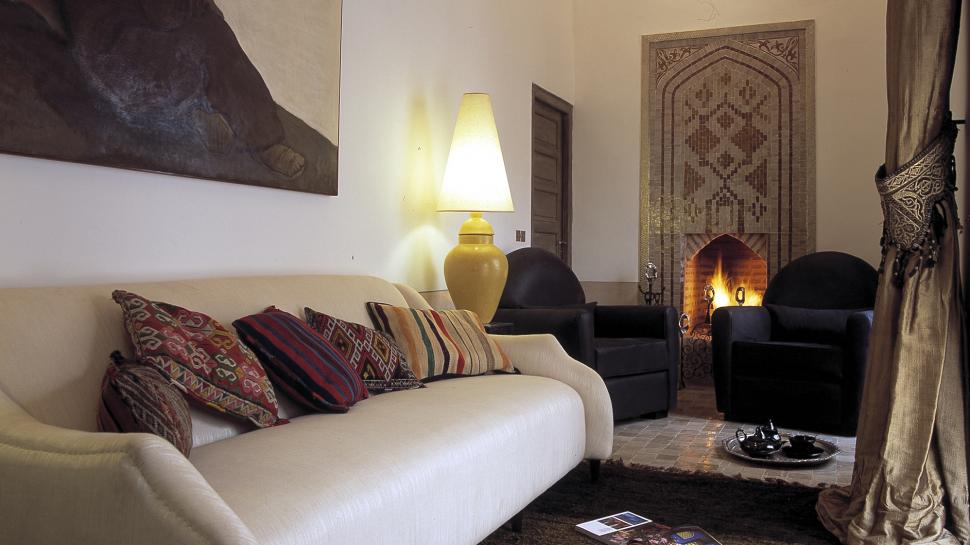 Riad-Farnatchi-sitting-area-with-fireplace