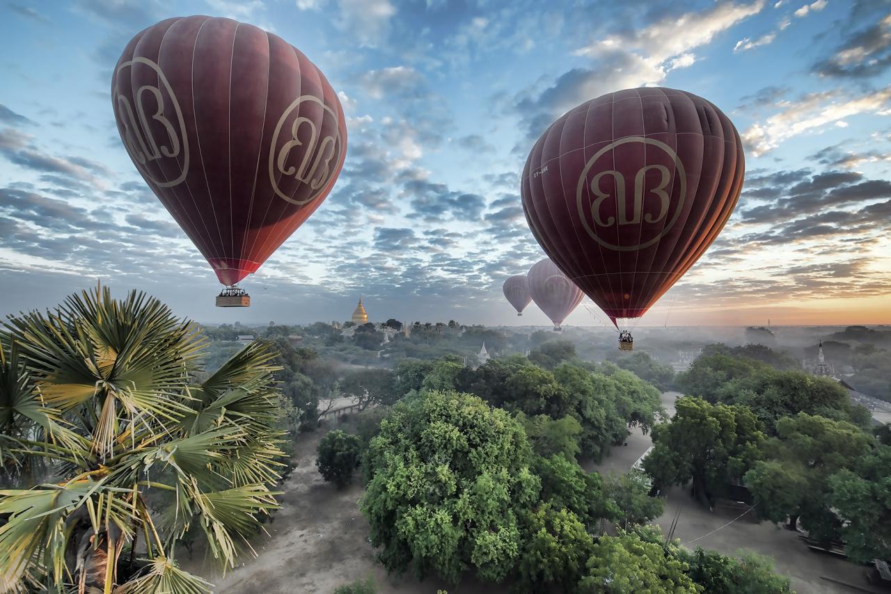 Myanmar-riding-balloon-over-Bagan
