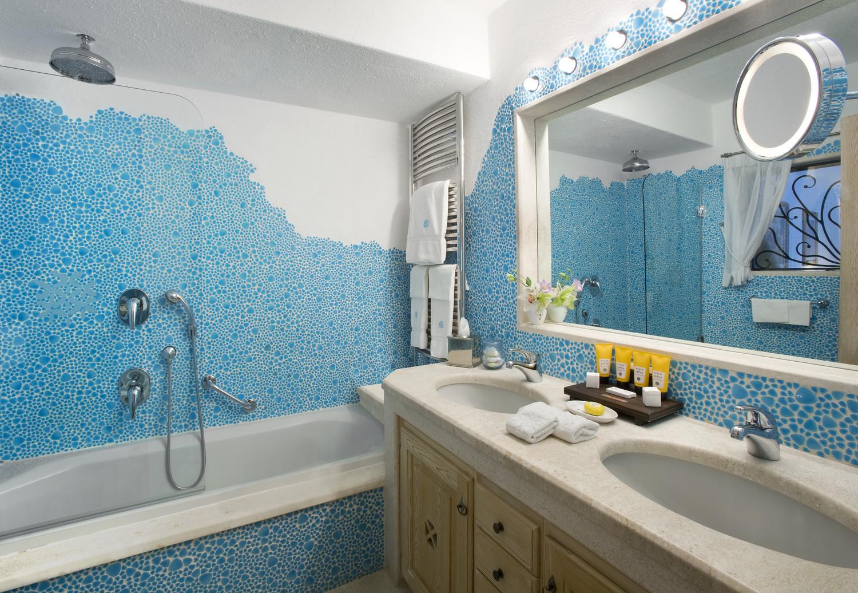 Romazzino-Superior Double Room Bathroom
