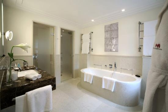 executive-suite-bathroom-The_Charles