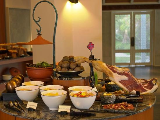 regent-phuket-cape-panwa-the-restaurant-breakfast-station